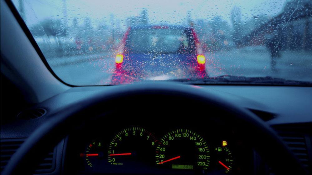 kính ô tô bị mờ khi trời mưa