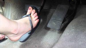 không nên lái xe mang giày cao gót