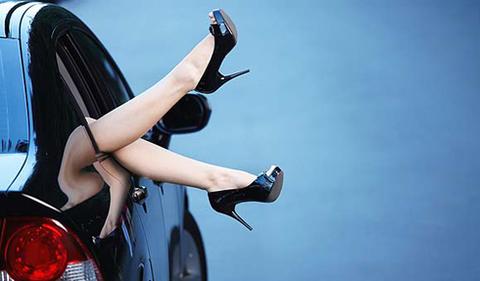 phụ nữ lái xe mang giày cao gót
