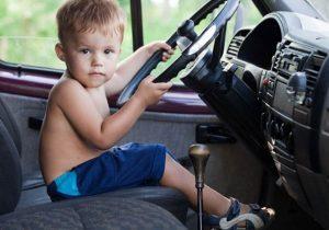 cẩn thận với trẻ nhỏ trên ô tô