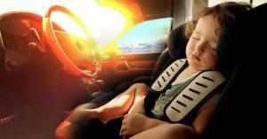 không nên để trẻ trên ô tô trong trời nóng